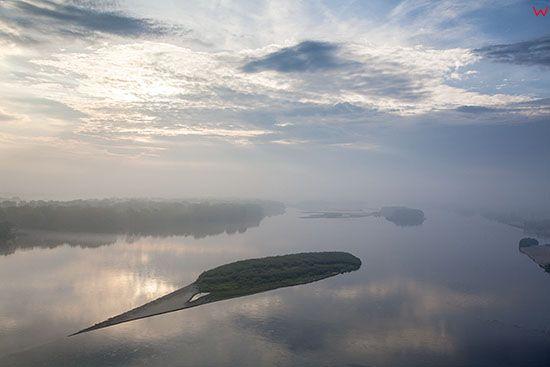 Wykowo, mglisty poranek w dolinie Wisly. EU, PL, Mazowieckie. Lotnicze.