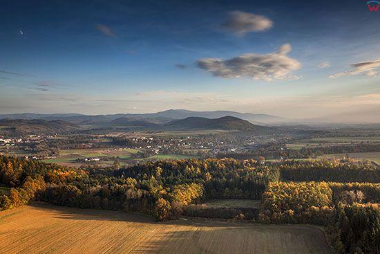 Sudety, panorama na miejscowosc Krosnowice. EU, Pl, Dolnoslaskie. Lotnicze.