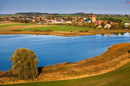 Stare Objezierze, panorama przez jezioro Objezierze Wschodnie. EU, Pl, Lubuskie. Lotnicze.