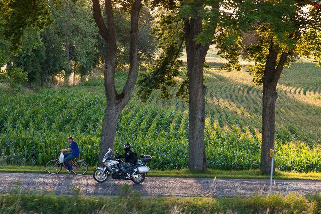 Ryn, motocyklista na drodze nr 642. EU, PL, Warm-Maz. Lotnicze.