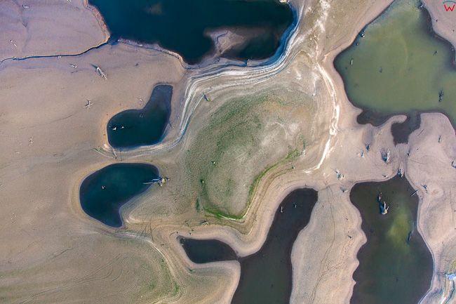 Jezioro Czorsztynskie, rekordowo niski poziom wody. EU, Pl, Malopolska. Lotnicze.