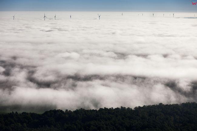 Korsze, silownie wiatrowe we mgle. EU, PL, Warm-Maz. Lotnicze.
