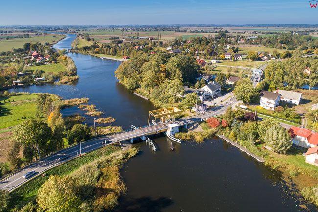 Rybina, 06.10.2018 r. miejscowosc i rzeka Szkarpawa z lotu ptaka na tle Zulaw EU, PL, Pomorskie, Lotnicze