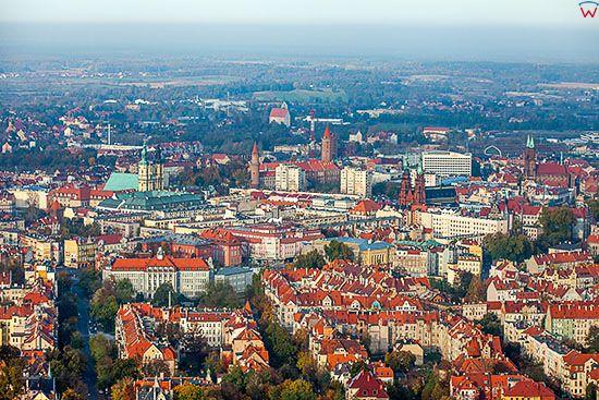 Legnica, dzielnica Tarninow widoczna od strony SSW, czesc miasta (Kwadrat) zajmowana do 16-09-1993 przez wojska radzieckie na tle Starego Miasta. EU, PL, Dolnoslaskie. Lotnicze.