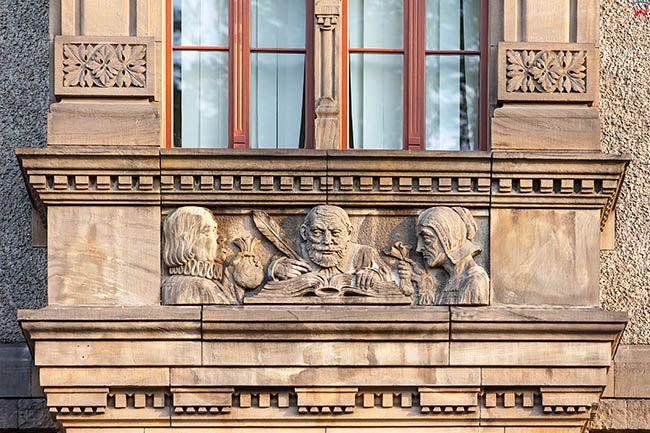 Legnica, detale architektoniczne na budynku Urzedu Miasta od strony ulicy Witelona. EU, Pl, Dolnoslaskie.
