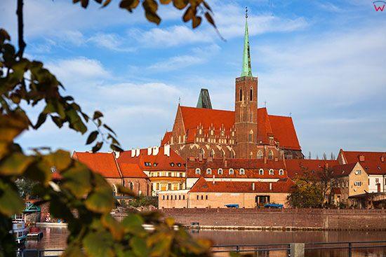 Wroclaw, panorama przez Odre na Ostrow Tumski w strone kosciola sw. Krzyza. EU, PL, Dolnoslaskie.