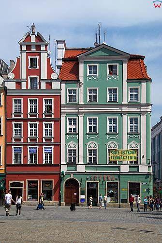 Dolnoslaskie. Wroclaw, kamienice po stronie polnocnej rynku: Rynek 42-Apteka Pod Podwojnym Zlotym Orlem i Rynek 43-Kamienica Pod Zlotym Pelikanem.
