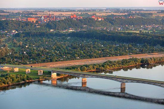 Panorama na Chelmno przez Wisle. EU, PL, Kujawsko-Pomorskie. LOTNICZE.