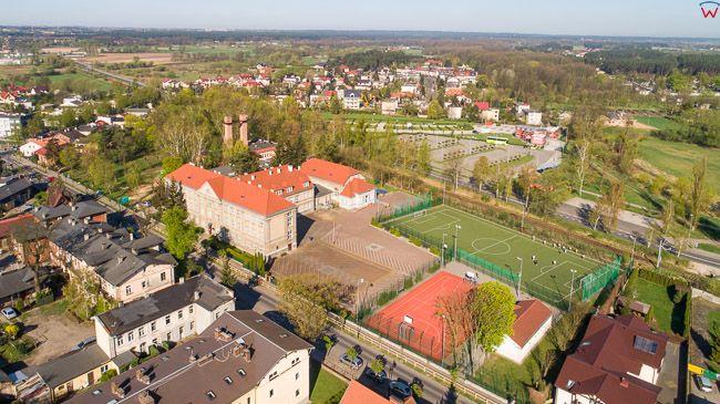 Ciechocinek, panorama na szkole podstawowa. EU, PL, kujawsko-pomorskie. Lotnicze