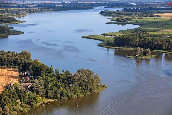 Kruszwica. Jezior Goplo, widok od str. N. EU, Pl, Kujawsko-Pomorskie. LOTNICZE.