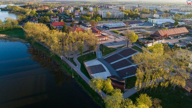 Kruszwica, amfiteatr nad jeziorem. EU, PL, kujawsko - pomorskie. Lotnicze.