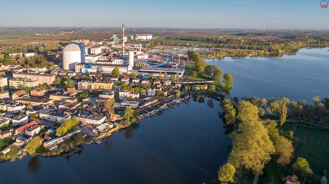 Kruszwica, jezioro Goplo na tle miasta. EU, PL, kujawsko - pomorskie. Lotnicze.