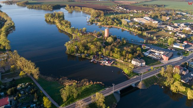 Kruszwica, jezioro Goplo i most. EU, PL, kujawsko - pomorskie. Lotnicze.