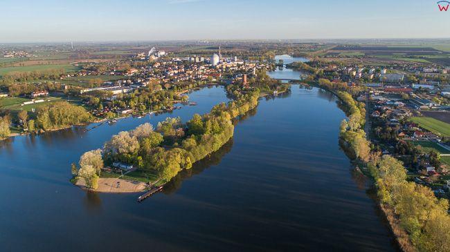 Kruszwica, jezioro Goplo i plaza na Cyplu. EU, PL, kujawsko - pomorskie. Lotnicze.