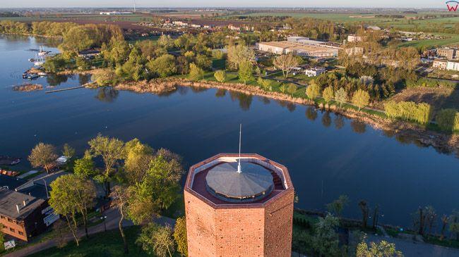 Kruszwica, Mysia Wieza na tle jeziora. EU, PL, kujawsko - pomorskie. Lotnicze.