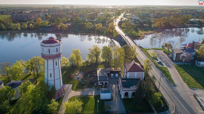 Kruszwica, most nad jeziorem. EU, PL, kujawsko - pomorskie. Lotnicze.