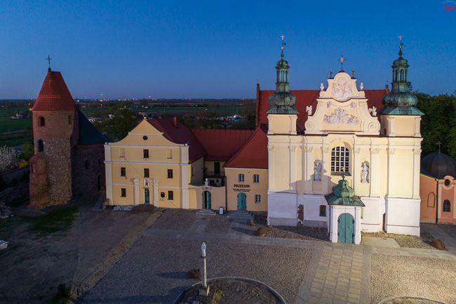 Strzelno, Kosciol Swietej Trojcy i Rotunda Prokopa o zmierzchu. EU, PL, kujawsko - pomorskie. Lotnicze.