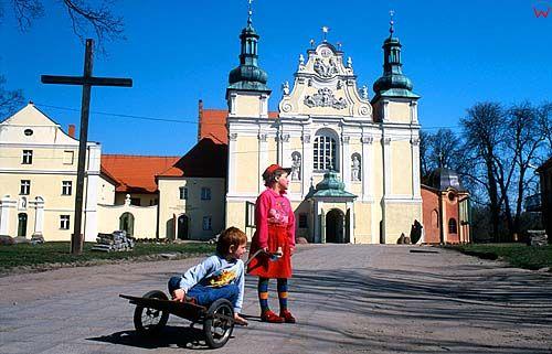 Strzelno, dzieci przed kościołem