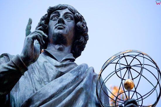 EU, PL, Kujawsko - Pomorskie. Pomnik Mikolaja Kopernika na Rynku Staromiejskim w Toruniu.