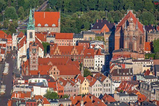 Torun. Ratusz, kosciol Ducha Swietego i kosciol WNMP w centrum starego miasta. EU, Pl, Kujaw-Pom. LOTNICZE.