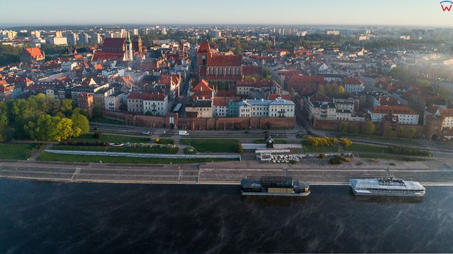 Torun, panorama na Stare Miasto i Bulwar Filadelfijski. EU, PL, kujawsko-pomorskie. Lotnicze