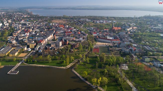 Znin, jezioro Male Zninskie na tle miasta. EU, PL, kujawsko - pomorskie. Lotnicze.