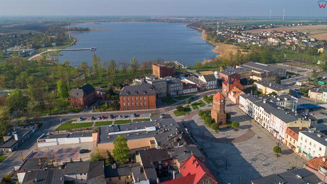 Znin, Plac Wolnosci z wieza ratuszowa. EU, PL, kujawsko - pomorskie. Lotnicze.