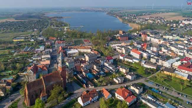 Znin, miasto na tle jeziora. EU, PL, kujawsko - pomorskie. Lotnicze.