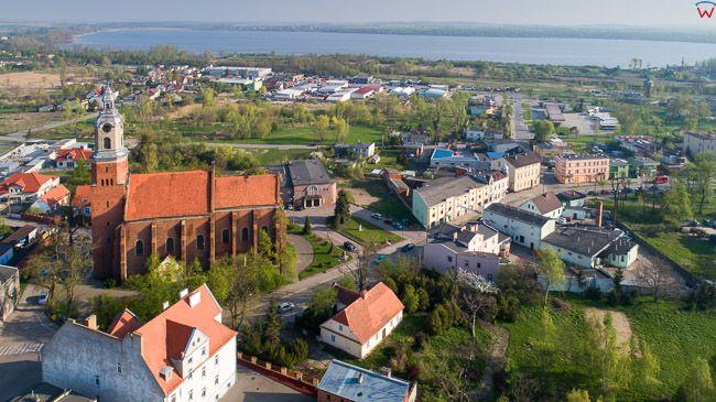 Znin, centrum miasta z kosciolem parafialnym. EU, PL, kujawsko - pomorskie. Lotnicze.