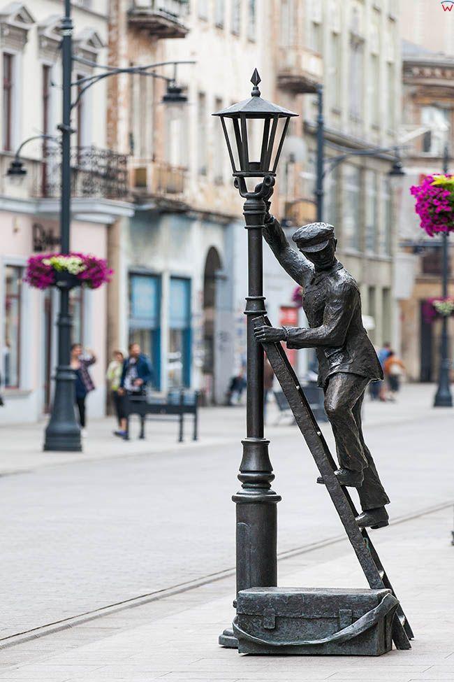 Lodz, ulica Piotrkowska - Pomnik Lampiarza. EU, PL, Lodzkie.
