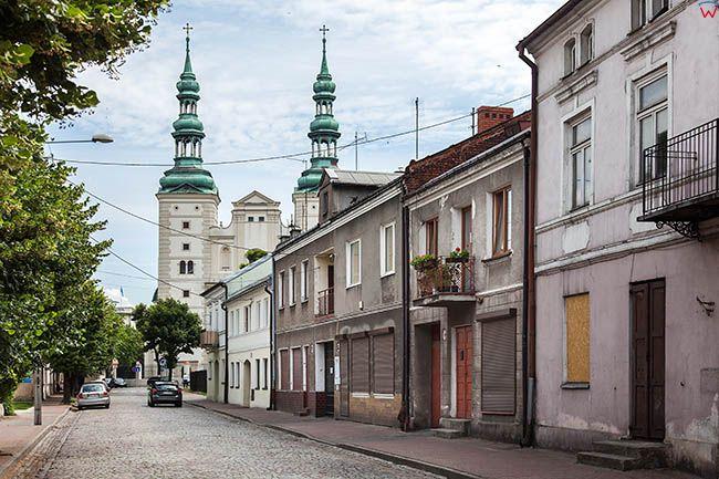 Lowicz, ulica Podrzeczna z widokiem na Katedre. EU, PL, Lodzkie.