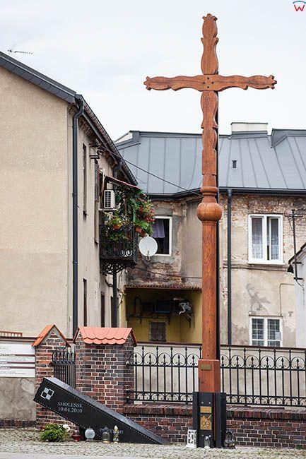 Sieradz, krzyz - pomnik przy farze upamietniajacy katastrofe smolenska z 10.04.2010 r.. EU, Pl, Lodzkie.