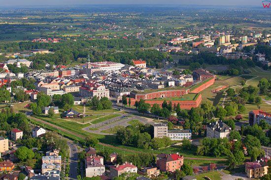 Zamosc - panorama miasta od strony SE. EU, PL, Lubelskie. LOTNICZE.