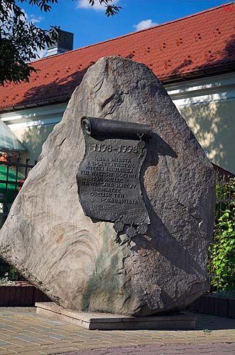 Obelisk przed kopalnią soli w Bochni