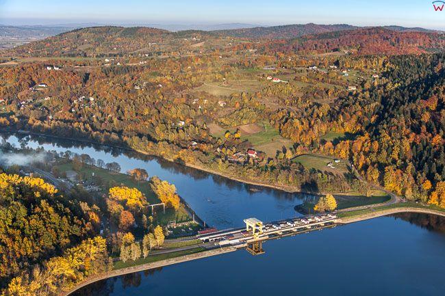 Czchow, zapora elektrowni wodnej na Dunajcu. EU, Pl, Malopolskie. Lotnicze.