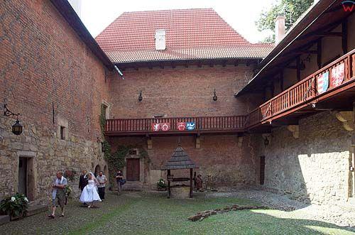 Dziedziniec zamku w Dębnie, małopolska