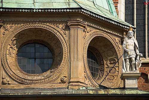 Krakow. Posagi swietych przy kaplicach na Wawelu.