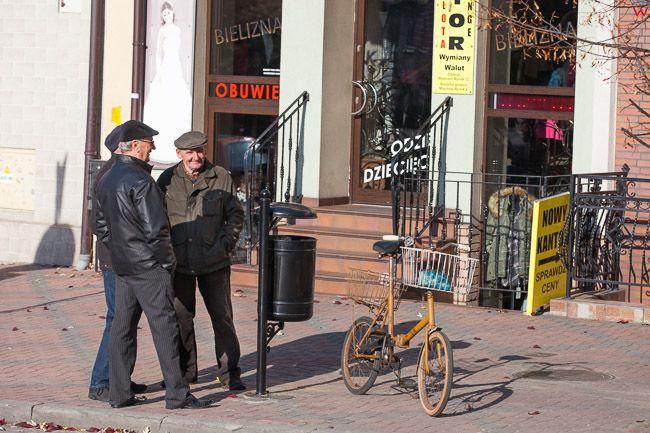 Wolbrom, mieszkancy na rynku miejskim. EU, PL, Malopolska.