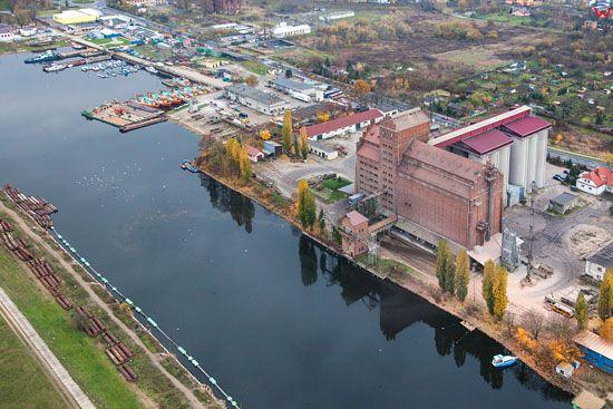 Plock, port rzeczny z widocznym elewatorem. EU, Pl, Mazowieckie. LOTNICZE.