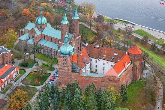 Plock, Bazylika Katedralna oraz dawne Opactwo Benedyktynskie, a wczesniej Zamek Ksiazecy. EU, Pl, Mazowieckie. LOTNICZE.