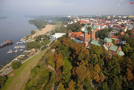 Plock, dawne Opactwo Benedyktynskie i Bazylika Katedralna NMP na wislanej skarpie. EU, PL, Mazowieckie. Lotnicze.