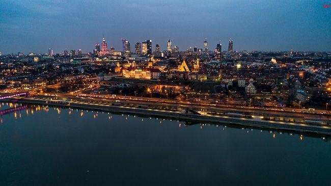 Warszawa, panorama Srodmiescia przez Wisle. EU, PL, mazowieckie. Lotnicze.
