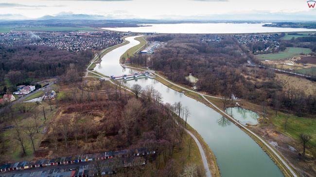 Nysa, rzeka Nysa Klodzka wpadajaca do jeziora Nyskie. EU, Pl, opolskie. Lotnicze.