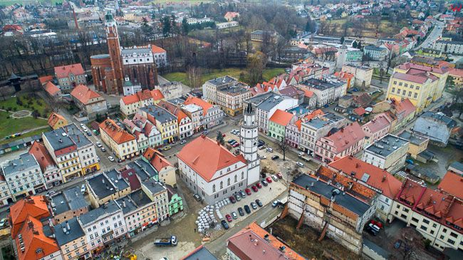 Paczkow, rynek miejski z ratuszem. EU, Pl, opolskie. Lotnicze.