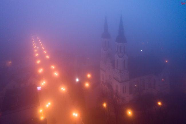 Augustow, Bazylika Mniejsza we mgle. EU, Pl, Podlaskie. Lotnicze.