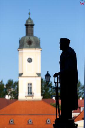 Bialystok, Pomnik Marszalka J. Pilsudskiego na tle Ratusza. EU, PL, Podlaskie.
