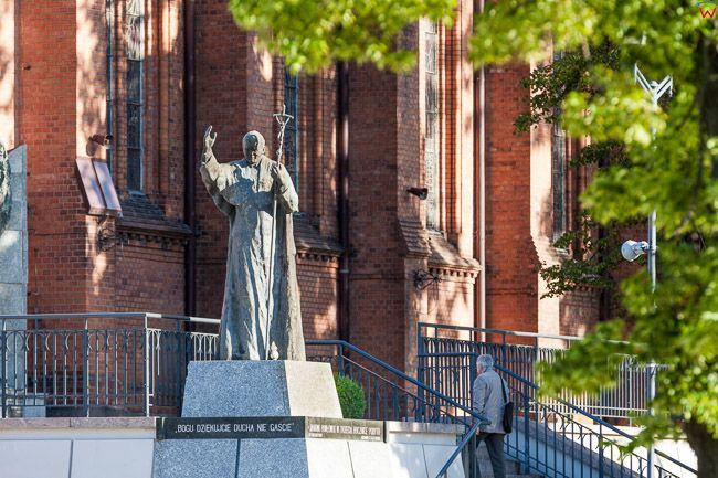 Bialystok, pomnik Jana Pawla II przed Archkatedra. EU, PL, Podlaskie.
