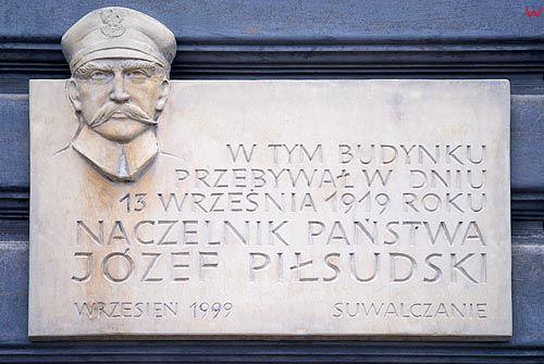 Tablica upamietniająca Piłsudskiego w Suwałkach