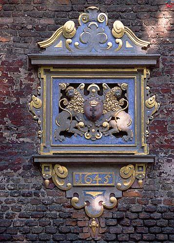 Gdańsk, herb miasta na elewacji budynku