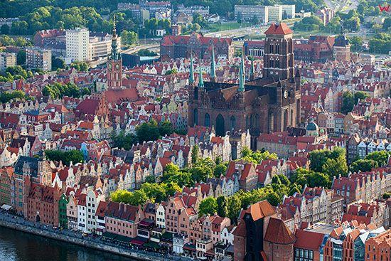 Gdansk, Glowne Miasto z Konkatedra Wniebowziecia Najswietszej Maryi Panny (Bazylika Mariacka). EU, PL, Pomorskie. Lotnicze.
